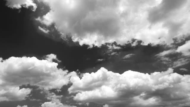 Flytta vita moln under klar himmel 4 K tid förfaller Video