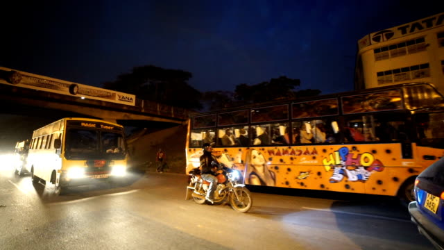 moving w/s: traveling in the city/ nairobi/ kenya - ナイロビ点の映像素材/bロール