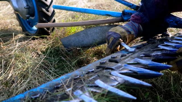 人によって修理草刈り機刃 - blade of grass点の映像素材/bロール