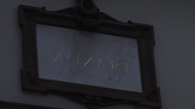 mozart plaque on the house of three golden lions prague old town historic apartment - 飾り板点の映像素材/bロール