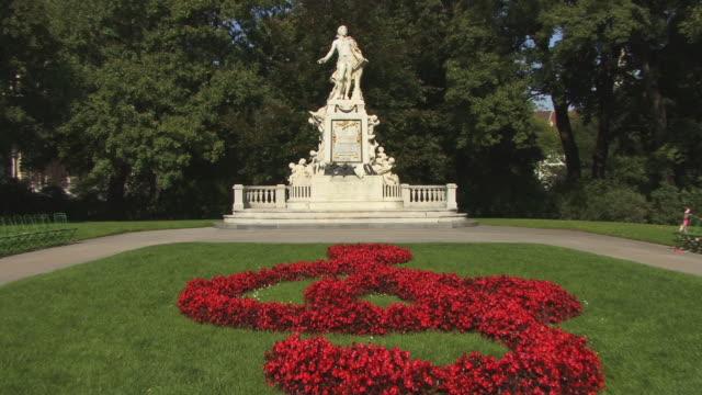 vídeos de stock e filmes b-roll de ws, zi, mozart statue in burggarten park, vienna, austria - estátua