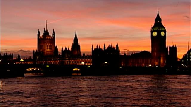 vídeos y material grabado en eventos de stock de mps back bid to exempt them fro freedom of information laws dusk houses of parliament lit up across river - back lit
