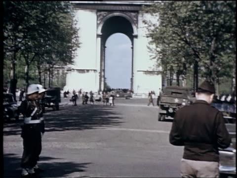 vidéos et rushes de mps conducting traffic near arc de triomphe / paris, france - arc élément architectural