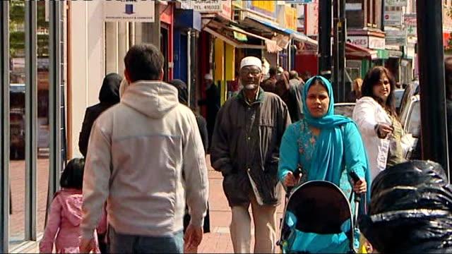 vídeos de stock, filmes e b-roll de mps' expenses row gordon brown's apology does little to dispel public outrage group of elderly pakistani men talking muslim woman along wearing niqab... - vestimenta religiosa