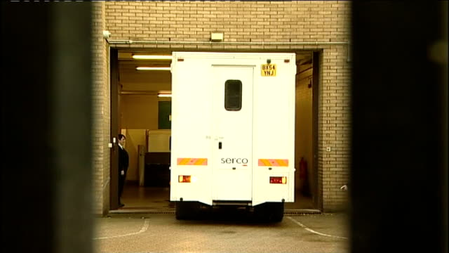 mps' expenses scandal david chaytor prison van leaving court england london southwark crown court prison van reversing out of building prison van... - parlamentsmitglied stock-videos und b-roll-filmmaterial
