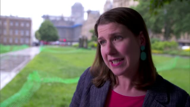 vídeos de stock, filmes e b-roll de mps not entitled to maternity leave england london westminster ext jo swinson mp interview sot - cathy newman