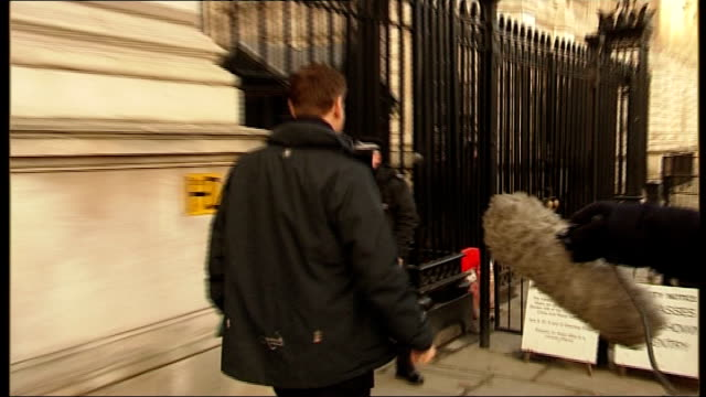 mps vote for gay marriage bill jeremy hunt mp to downing street gates as asked how he will vote sot i shall be voting in favour of gay marriage owen... - オーウェン・パターソン点の映像素材/bロール