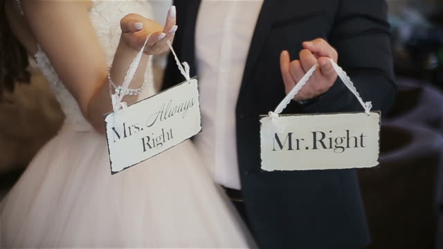 vídeos de stock e filmes b-roll de mr.right and mrs.always right - noivo papel em casamento