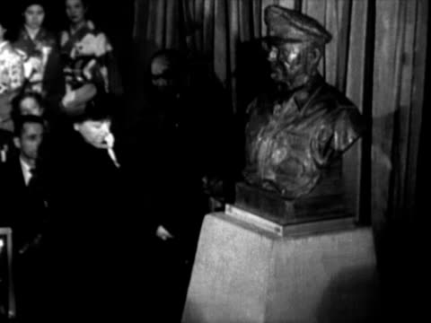 mrs jean macarthur, wife of us army general douglas macarthur, unveiling bronze bust of her husband at mitsukoshi department store / young japanese... - 百貨店点の映像素材/bロール