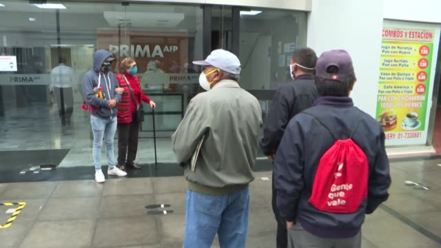 más de 230.000 peruanos se inscribieron en las primeras 24 horas de vigencia del proceso para retirar hasta 3.700 dólares de sus fondos de pensiones... - peruvian ethnicity stock videos & royalty-free footage