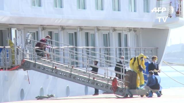 más de 60 tripulantes del crucero australiano greg mortimer, la mayoría de los cuales ha dado positivo al test de coronavirus, desembarcaron el... - report produced segment stock videos & royalty-free footage