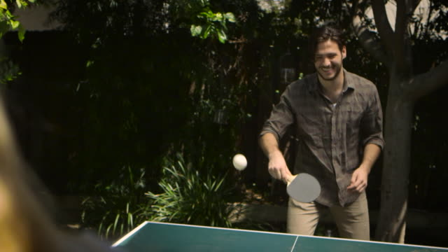 vídeos de stock, filmes e b-roll de m/s of guy playing ping pong laughing - tênis de mesa