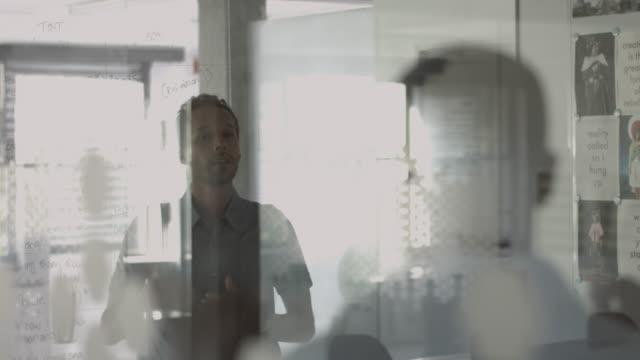 ms_businessman explaining to coworker - spegling bildbanksvideor och videomaterial från bakom kulisserna