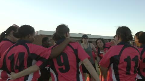 vídeos de stock e filmes b-roll de ms_coach debriefing womens rugby team after game - râguebi desporto