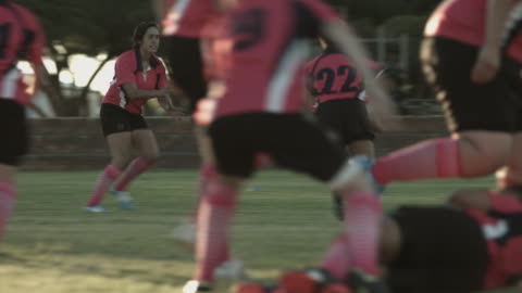 ms_womens rugby team at practice on the field - スポーツ ラグビー点の映像素材/bロール