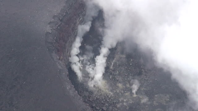 mt. asama, a volcano about 140 kilometers northwest of tokyo, appears to have had a small eruption tuesday morning, the japanese weather agency said.... - 噴出点の映像素材/bロール