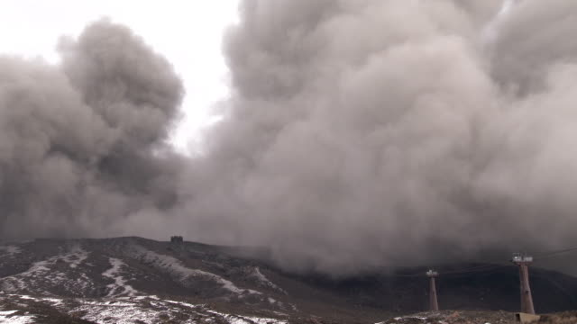 vidéos et rushes de mt aso one of japan's most active volcanoes spews volcanic ash during an eruption - brasier