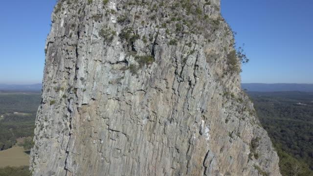 vidéos et rushes de mt coonowrin, sunshine coast, queensland, australia - piton rocheux