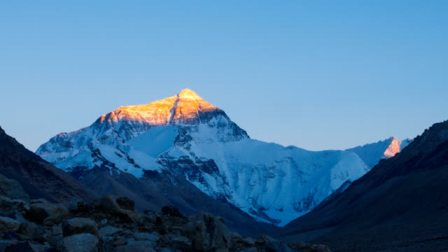 stockvideo's en b-roll-footage met mt. everest bij zonsondergang. - mount everest