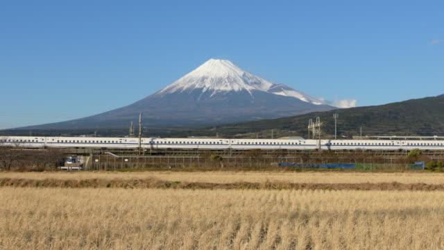 mt fuji and bullet train (shinkansen) - treno ad alta velocità video stock e b–roll