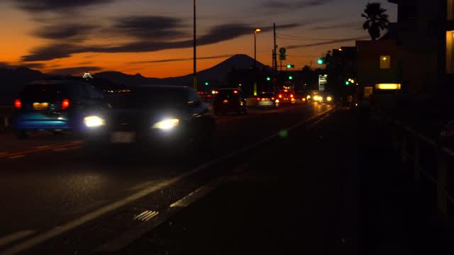 稲村ヶ崎から夕暮れ時の富士山と江ノ島 - 相模湾点の映像素材/bロール