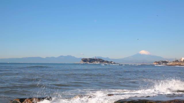 vídeos de stock, filmes e b-roll de monte fuji e enoshima ilha. - plusphoto