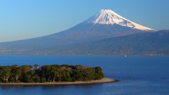 mt. fuji und meer, blick von osezaki in shizuoka | ose cape - schrein stock-videos und b-roll-filmmaterial