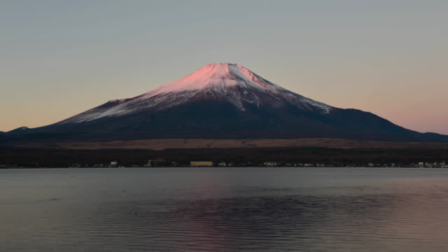 vidéos et rushes de mt. fuji becoming pink in the morning - préfecture de yamanashi