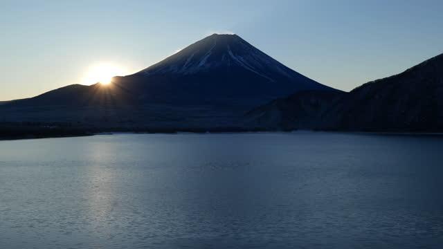 mt. fuji over lake motosu at sunrise (real time) - satoyama scenery stock videos & royalty-free footage