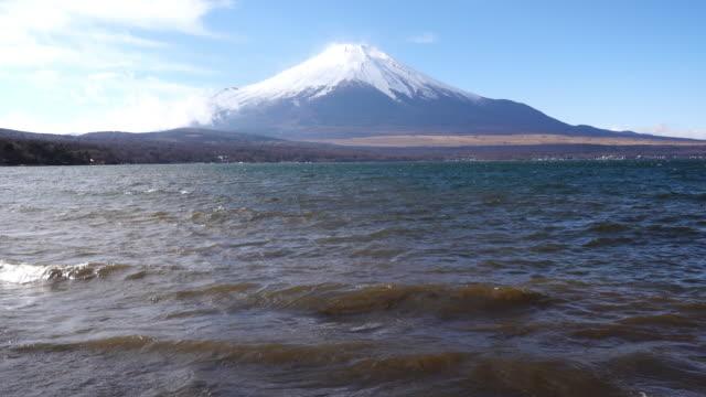 mt. fuji over lake yamanaka on a windy day - リフレクション湖点の映像素材/bロール