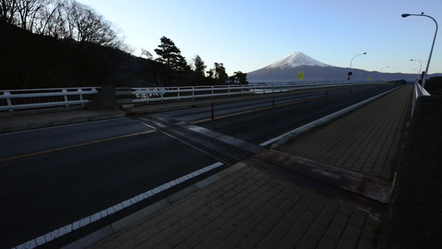 mt. fuji over the bridge across lake kawaguchi - major road bildbanksvideor och videomaterial från bakom kulisserna