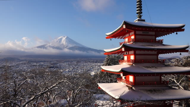 vídeos de stock, filmes e b-roll de mt. fuji over the chureito pagoda in winter - japão