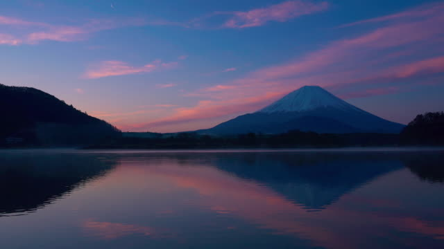 mt fuji reflect lake in the early morning - 静かな情景点の映像素材/bロール