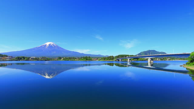 mt fuji reflect lake - sito patrimonio dell'umanità unesco video stock e b–roll