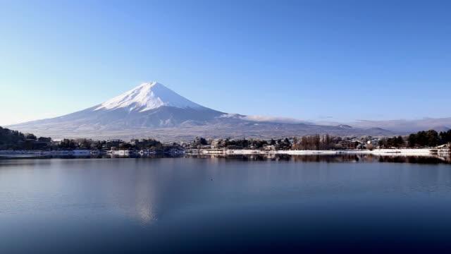 Mt. Fuji s'élève au-dessus du Lac de Kawaguchi
