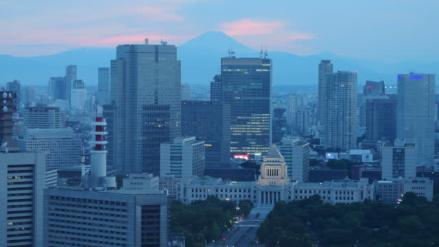 mt fuji & the national diet building at dusk - 夕暮れ点の映像素材/bロール