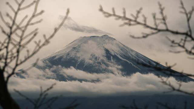 mt. fuji mit rote pagode im winter, fujiyoshida, japan - vulkanlandschaft stock-videos und b-roll-filmmaterial