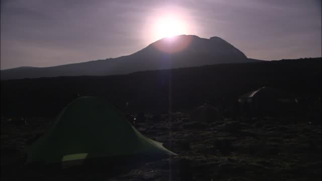 vídeos de stock, filmes e b-roll de mt. kilimanjaro - parélio