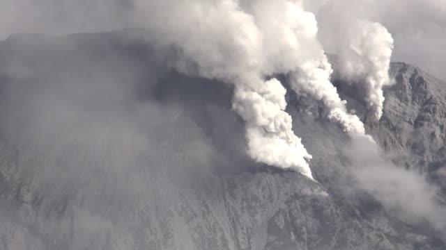 vídeos de stock, filmes e b-roll de mt ontake a volcano straddling nagano and gifu prefectures in central japan erupted around 1153 am on saturday september 27 the nagano fire... - de perna aberta