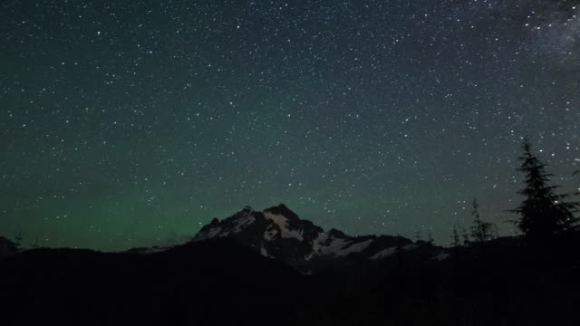 vídeos de stock e filmes b-roll de mt shuksan stars, travel and time-lapse through washington - inclinação para cima