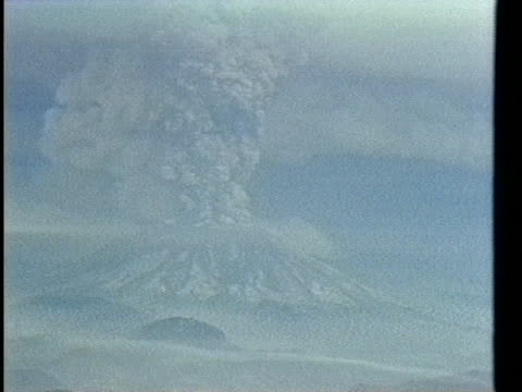 mt st helens erupts on may 18 1980 - erupting stock videos & royalty-free footage