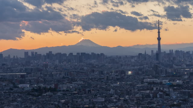 stockvideo's en b-roll-footage met mt.fuji en city skyline van schemering naar nacht time-lapse - tokyo japan