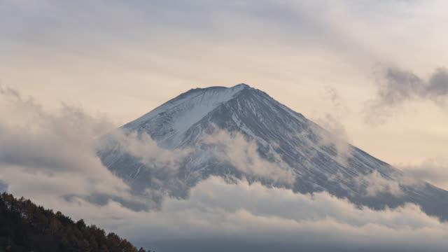 vídeos de stock, filmes e b-roll de mt.fuji com lapso de tempo de nuvens - alto descrição geral