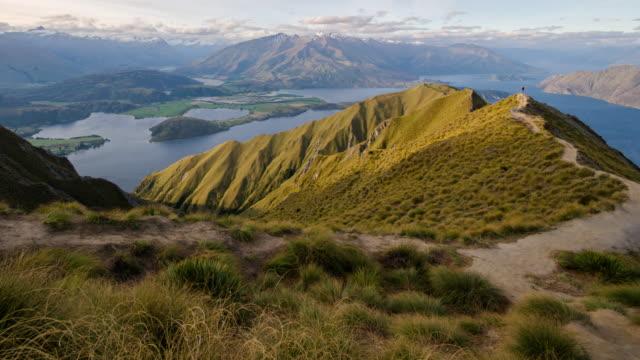vidéos et rushes de tract trekking de mt.roy pic dans le lac wanaka, nouvelle-zélande, mouvement time lapse, dolly merde de gauche à droite - mont aspiring