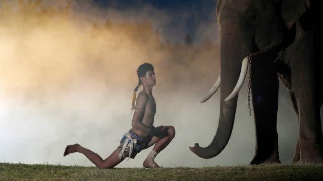 muay thai prepare for battle. muay thai (thai boxing) - muay thai stock videos and b-roll footage