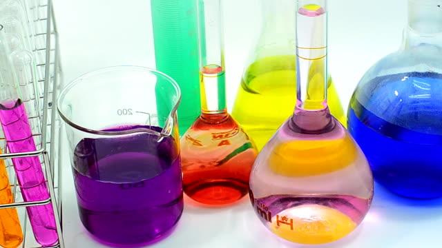 molto colore di transizione in metallo in diverse solvente - pallone di vetro video stock e b–roll