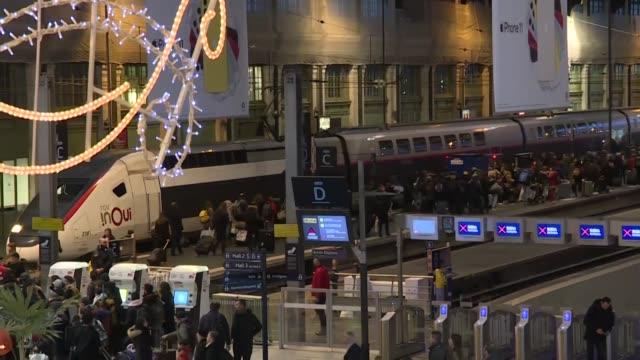 muchos franceses no tenian trenes a disposicion el viernes en el inicio de las vacaciones de navidad tras el fracaso del gobierno en obtener una... - sindicatos stock videos & royalty-free footage
