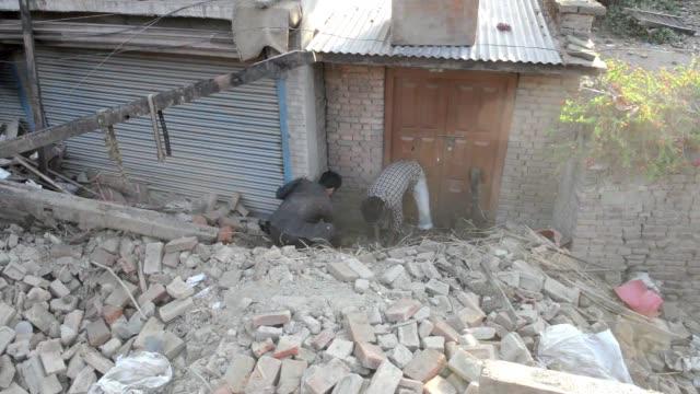 stockvideo's en b-roll-footage met muchos habitantes de katmandu abandonan la ciudad tras el violento terremoto que dejo mas de 4.000 muertos, mientras naciones unidas prepara una gran... - agua