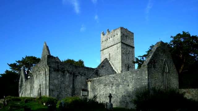 stockvideo's en b-roll-footage met muckross abdij in killarney national park - puin