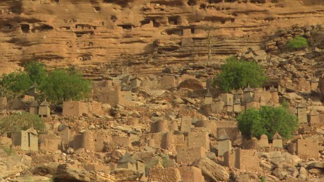 mud building in mali, africa. - adobe bildbanksvideor och videomaterial från bakom kulisserna